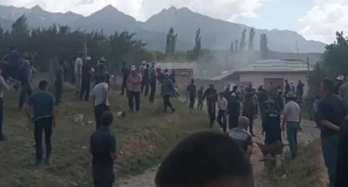 Жители приграничных районов Кыргызстана и Узбекистана закидали друг друга камнями