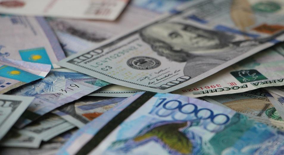 Спрос казахстанцев на доллар обвалился на треть