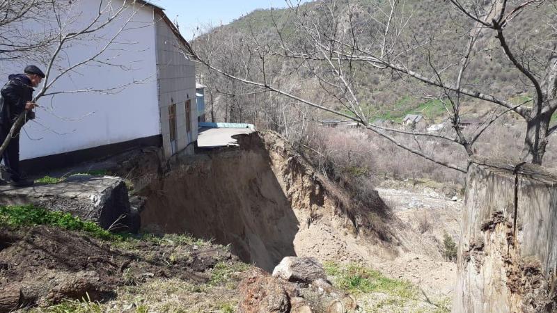 В предгорьях Алматы сошел крупный оползень