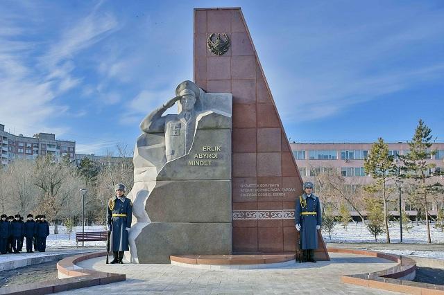В Павлодаре установили один из самых больших в республике памятников полицейским