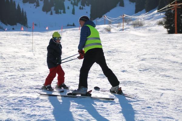На Шымбулаке для школьников организуют уроки по горнолыжному спорту