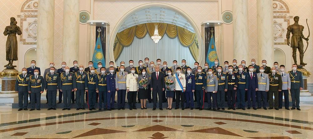 Президент РК вручил ордена и медали военнослужащим и сотрудникам правоохранительных органов