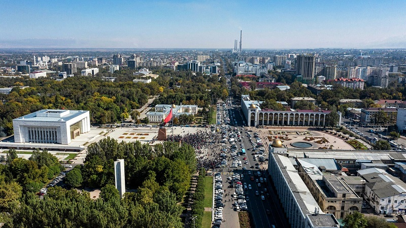 Парламент Кыргызстана отменил режим ЧП в Бишкеке