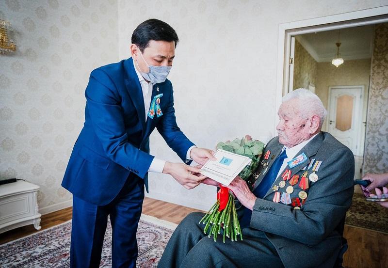Алтай Кульгинов поздравил ветеранов ВОВ