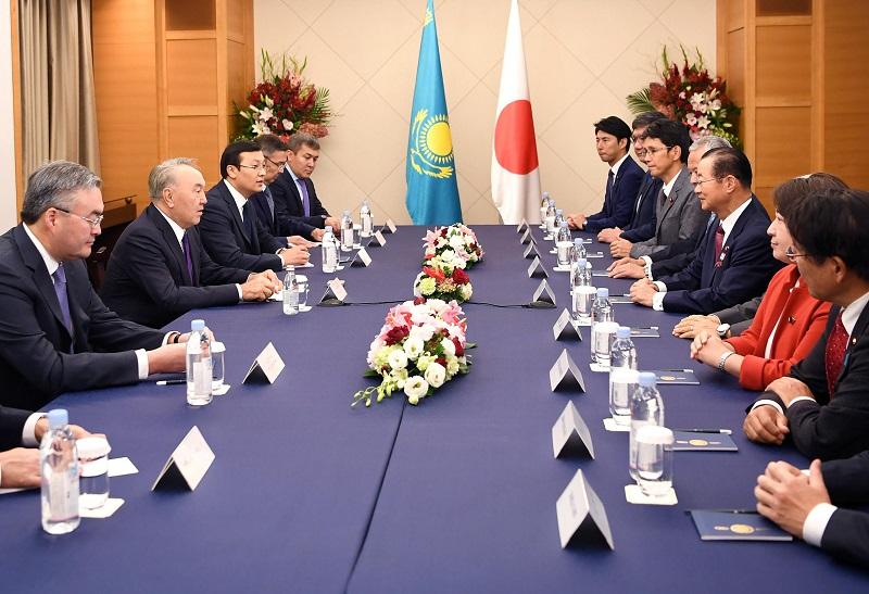 Елбасы встретился с председателем Японской парламентской лиги дружбы с РК Такео Кавамурой