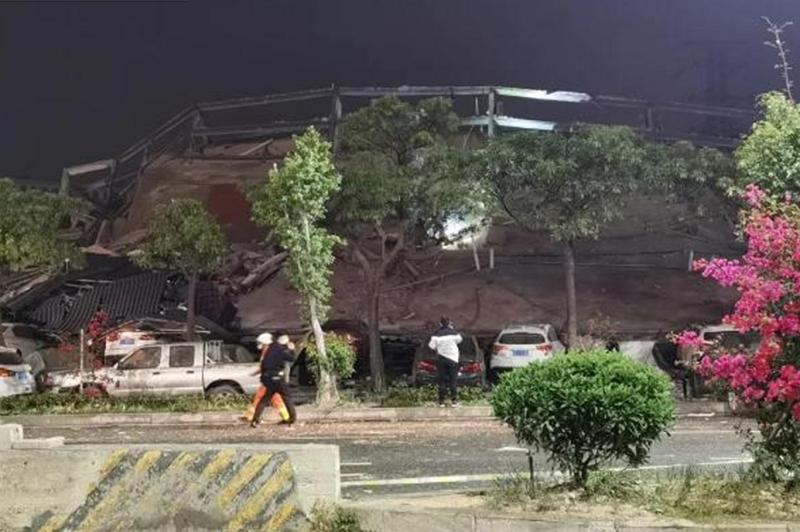 В Китае обрушилось здание гостиницы, десятки человек остаются под завалами