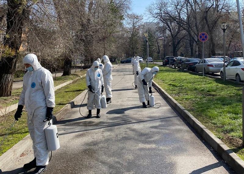 Около 900 дорожных рабочих занимаются дезинфекцией Алматы