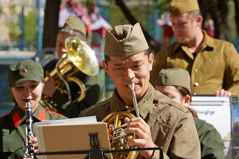 В Нур-Султане музыканты академической филармонии провели концерты для ветеранов во дворах их домов