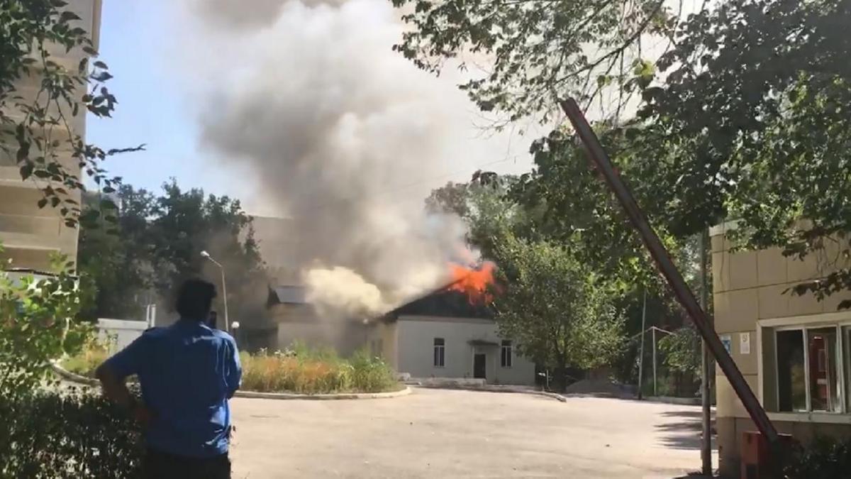 В кардиоцентре в Алматы из-за пожара обрушилась кровля здания, где хранились кислородные баллоны