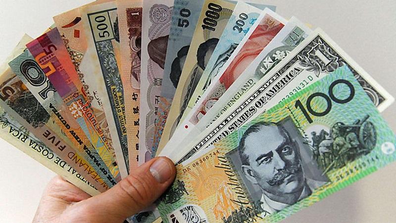 Доллар дешевеет по отношению к большинству основных валют
