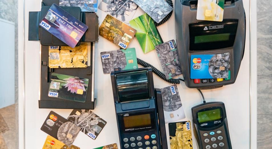 Восемь банков снизят комиссии по карточным платежам