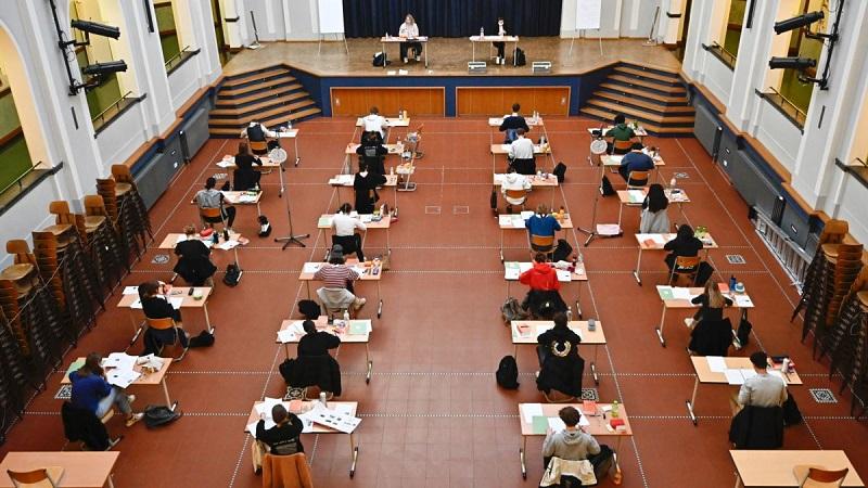 Во Франции с понедельника возобновят работу 4000 школ