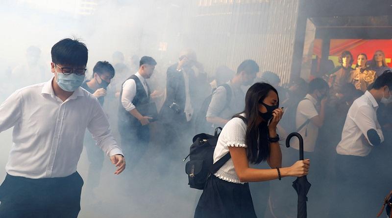 Полиция в новогоднюю ночь применила слезоточивый газ против гонконгских демонстрантов