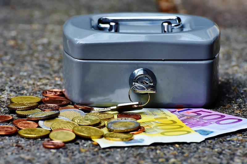 Спрос на евро достиг годового максимума у банков РФ