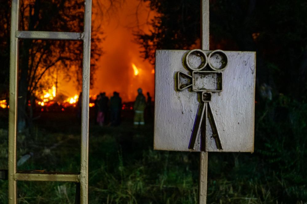 """Глава """"Казахфильма"""" считает поджог причиной пожара на территории киностудии"""
