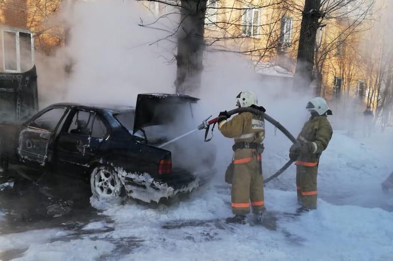 В ВКО загорелись три автомобиля