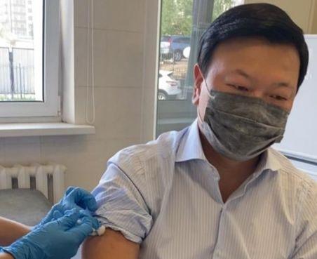Алексей Цой получил вторую прививку QazVac