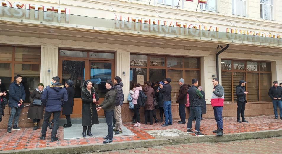 Узбекские студенты массово забирают документы из казахстанских вузов
