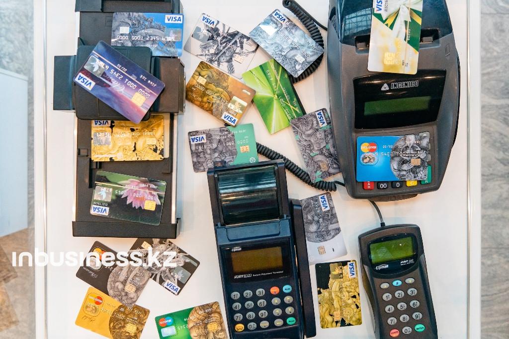 В Казахстане сократился объем снятия наличных с платежных карт