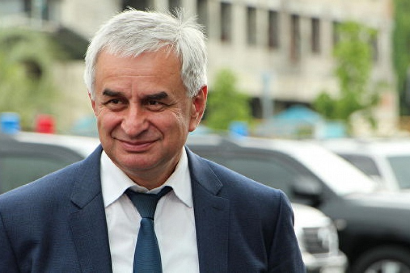 Президент Абхазии отказывается уходить в отставку