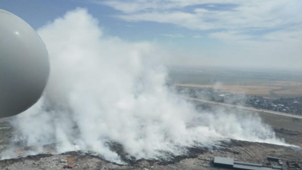 Пожарные третьи сутки тушат тлеющий мусорный полигон в Алматинской области