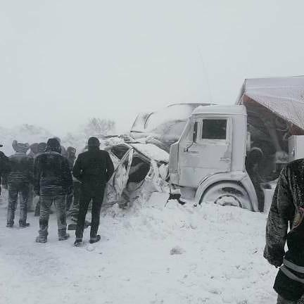 В Павлодарской области на загородной трассе в авариях столкнулось более десяти машин