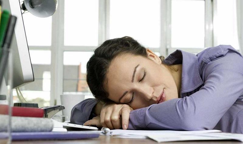 Сон на рабочем месте: большинство работодателей РФ высказались против