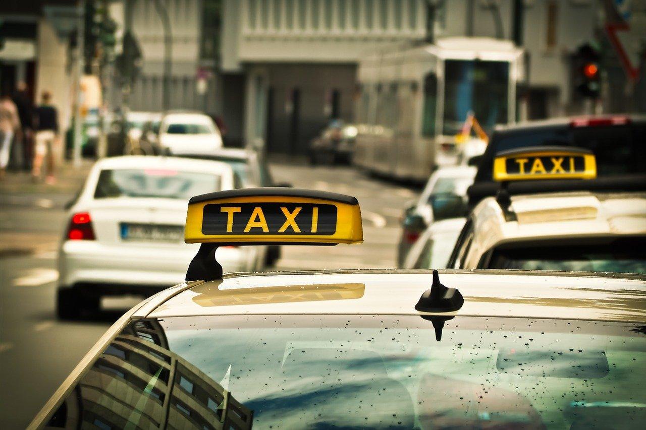 Иностранным компаниям планируют запретить быть операторами такси в России