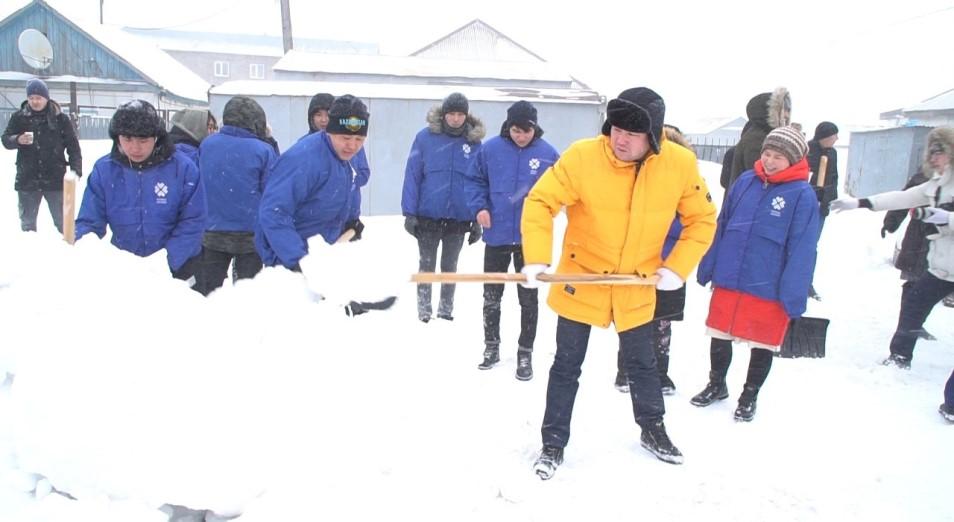 Юмористы во главе с Кабатовым в Нур-Султане чистят дворы от снега
