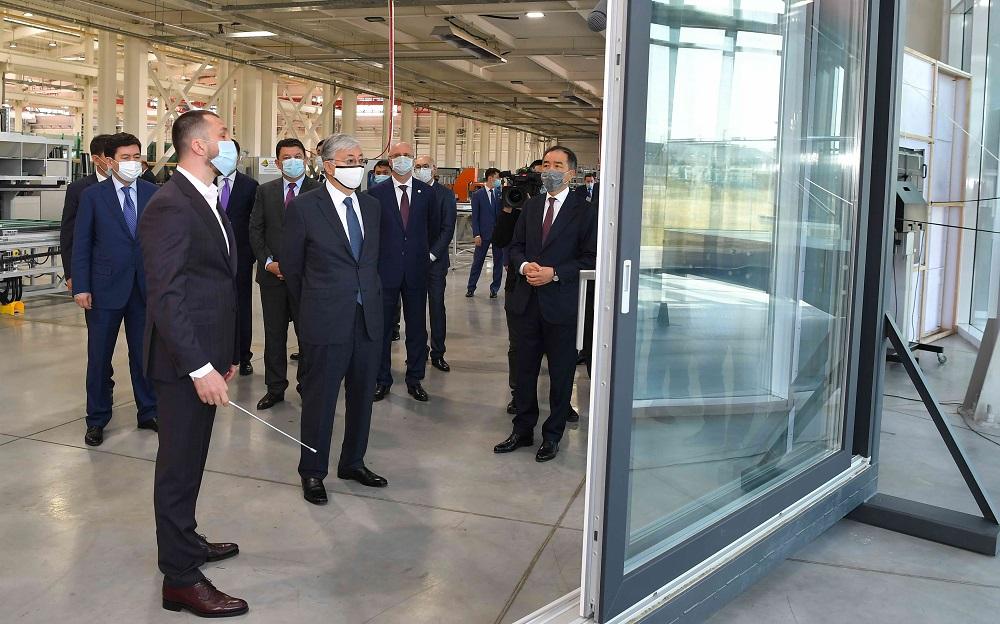 Глава государства посетил завод энергоэффективных архитектурных фасадов