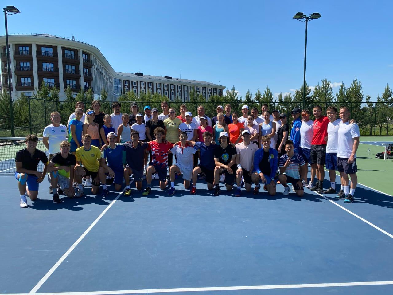 Теннисшілер жаттығуды бастады