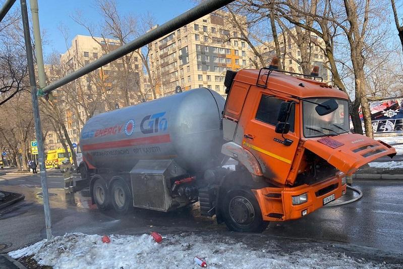 В Алматы чуть не взорвался десятитонный газовоз
