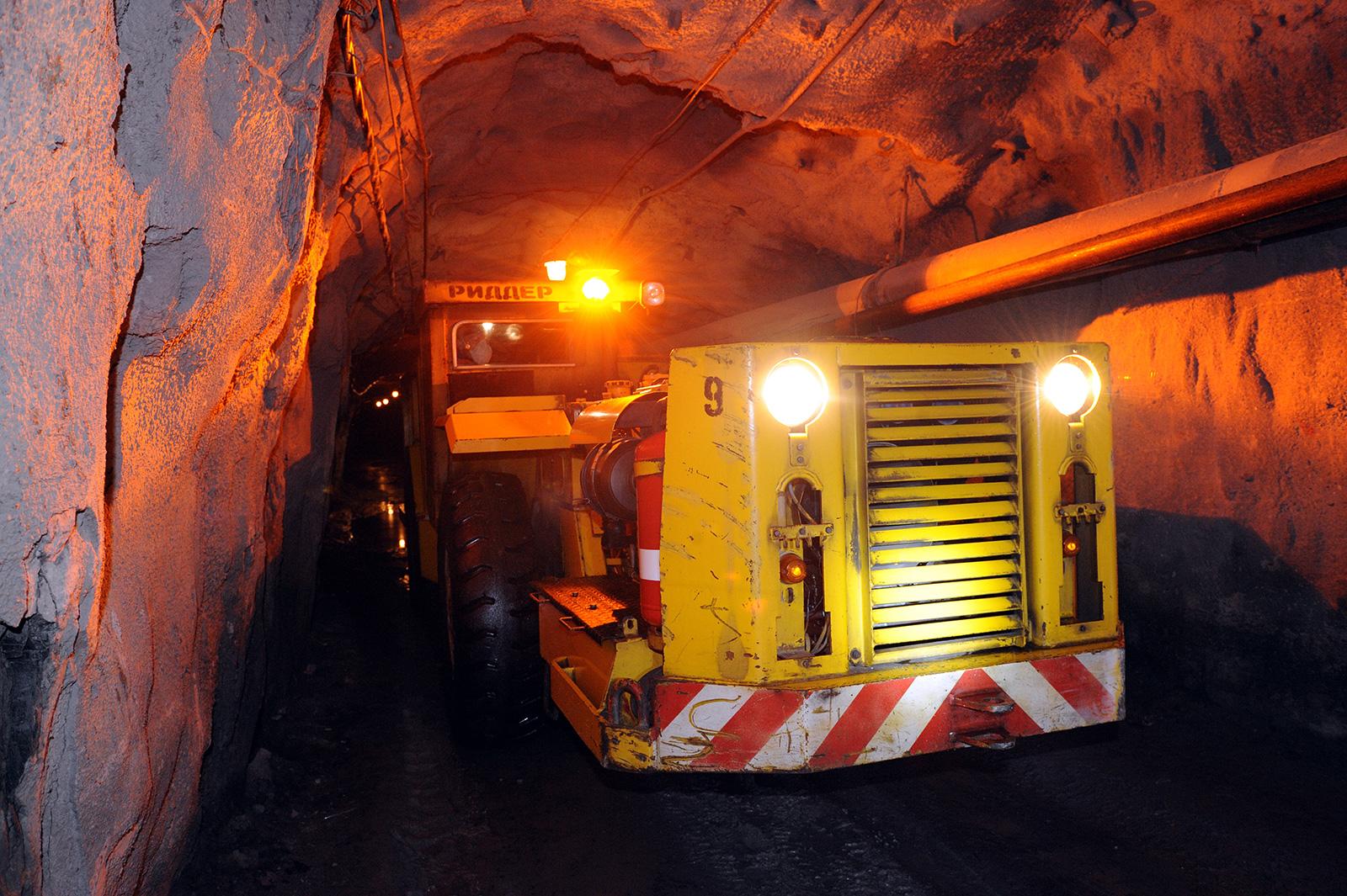 """На руднике """"Казцинка"""" в ВКО продолжаются поиски рабочего под завалами"""