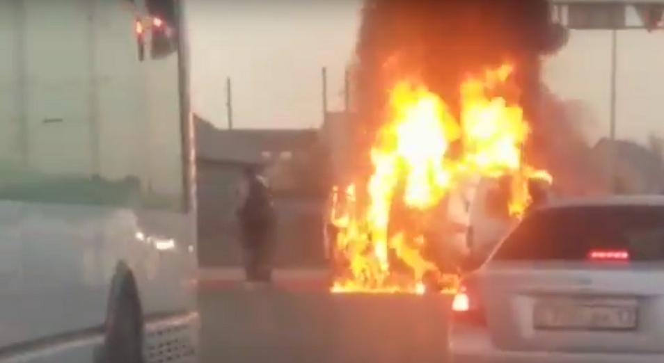 Машина скорой помощи сгорела после ДТП в Астане