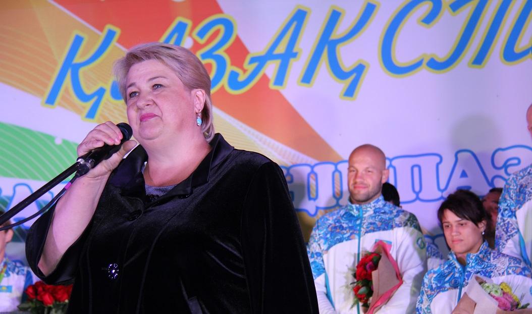 Мама Василия Левита поклонилась болельщикам