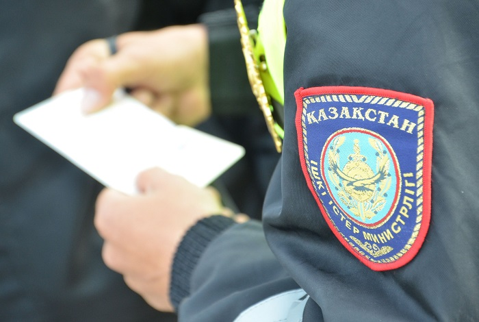 «Әжетхана күзетпеген» мұғалімді ұстап әкеткен полицей қызметінен шеттетілді