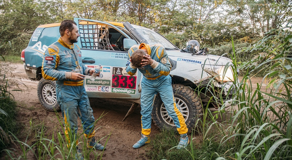 Грузовик Astana Motorsports вытащил конкурентов из песка