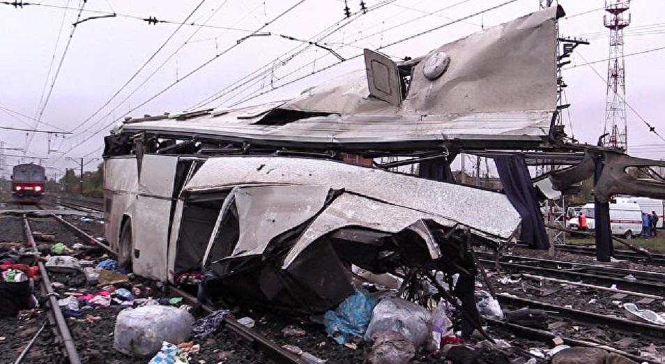Автобус из ЮКО попал под поезд под Покровом