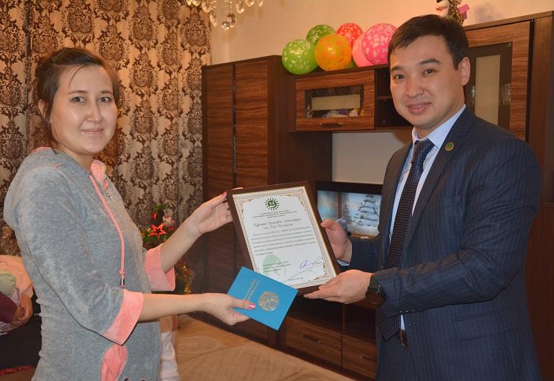 Председатель «Правительства для граждан» вручил свидетельство о рождении первому «проактивному» ребенку