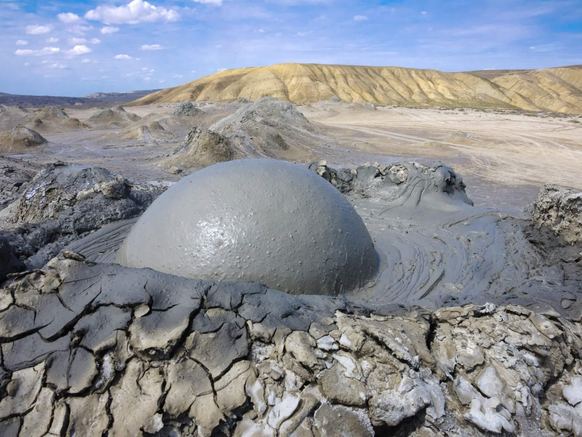 В Баку произошло извержение второго в мире по величине грязевого вулкана