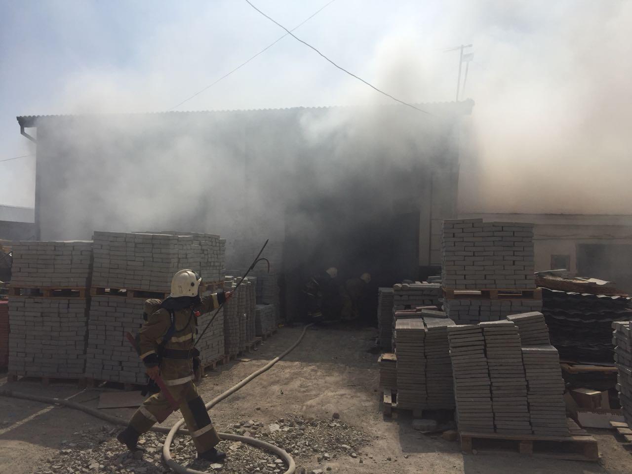В Атырау горели склады площадью 270 кв.м