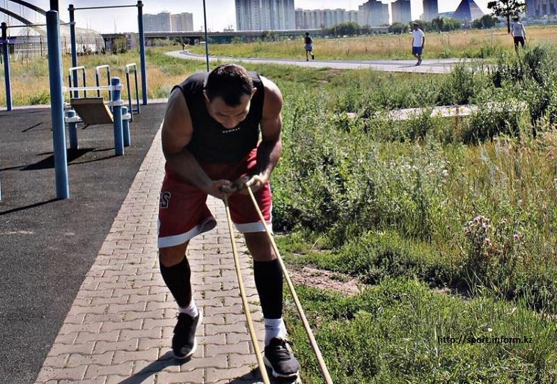 Первый казахский боец UFC готовится в Астане к дебютному поединку