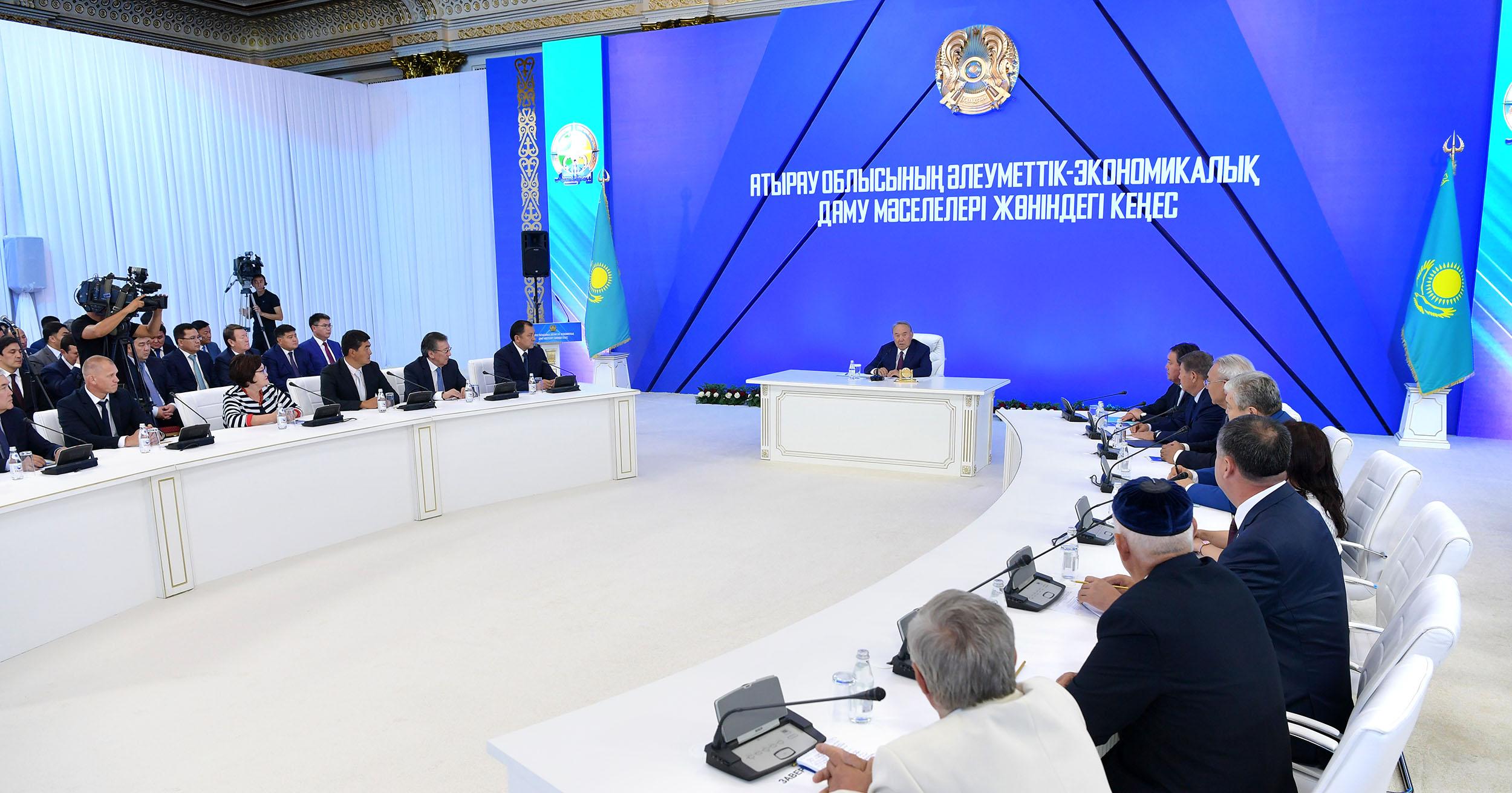 Президент провел совещание по вопросам социально-экономического развития Атырауской области