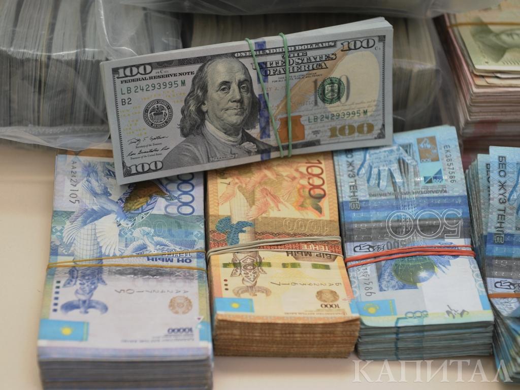 Сезон отпусков в Казахстане поднимает спрос на валюту