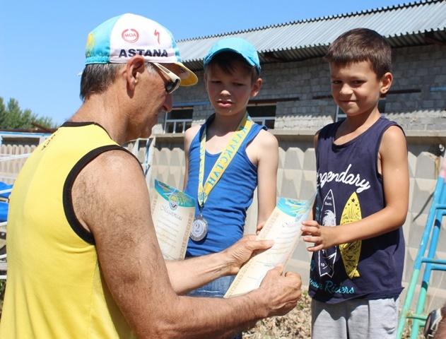 Преодолевшему пустыни Азии, Африки, Австралии и Америки марафонцу посвятили праздничный забег в Павлодаре
