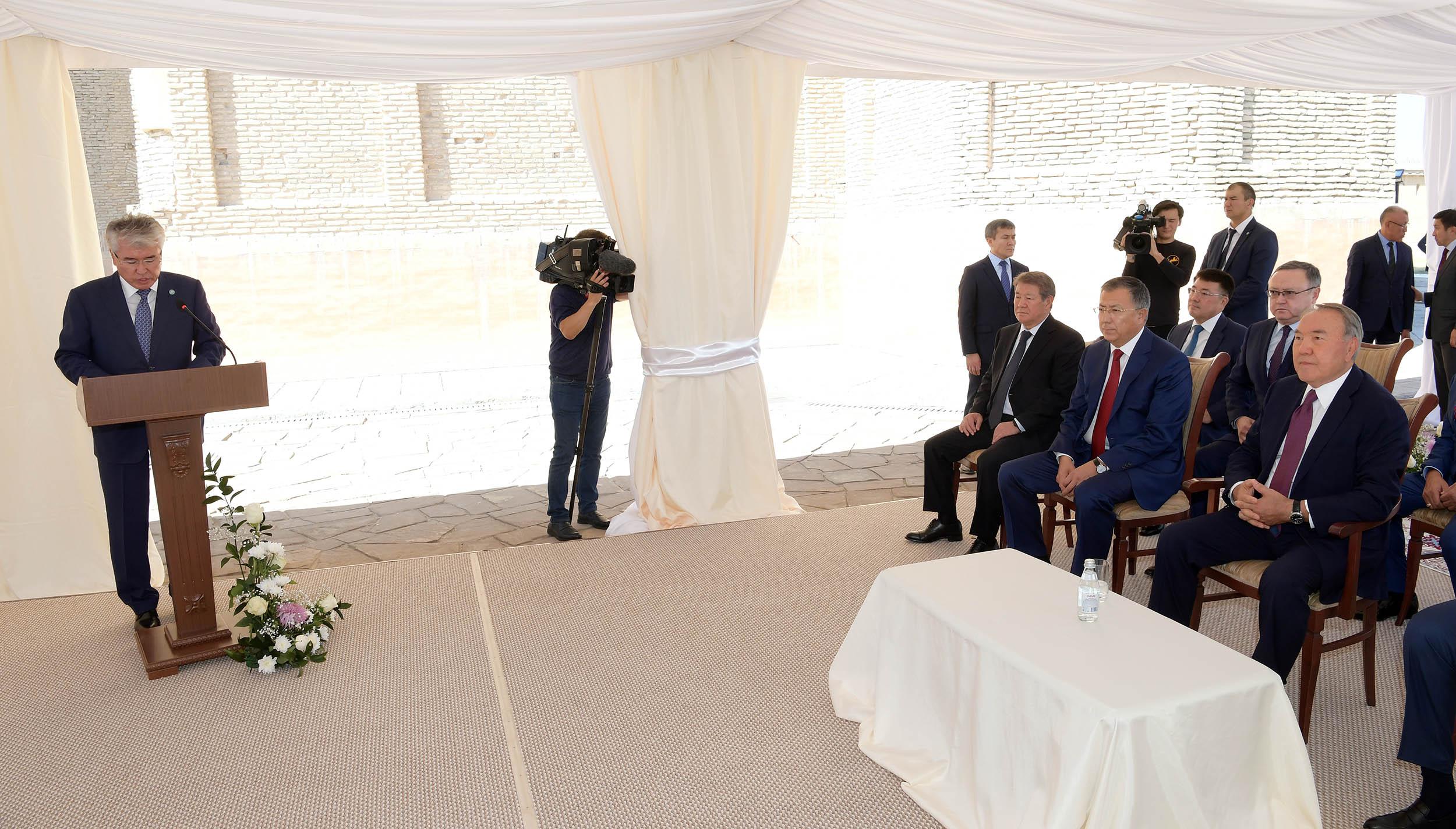 Назарбаев посетил мавзолей Ходжа Ахмеда Ясави в Туркестане