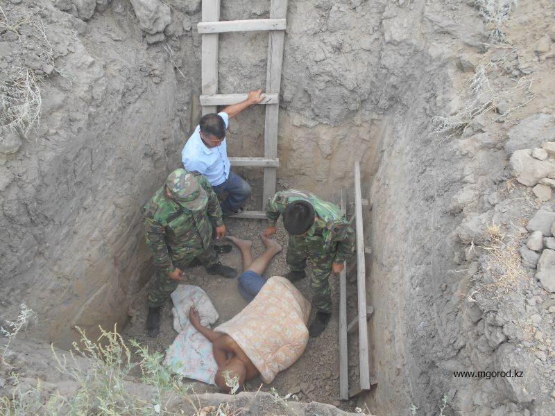 В Атырау незрячий упал в трехметровую яму