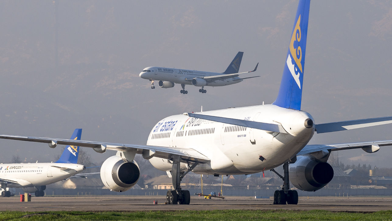 Загоревшийся в аэропорту Астаны двигатель самолёта отправили на экспертизу