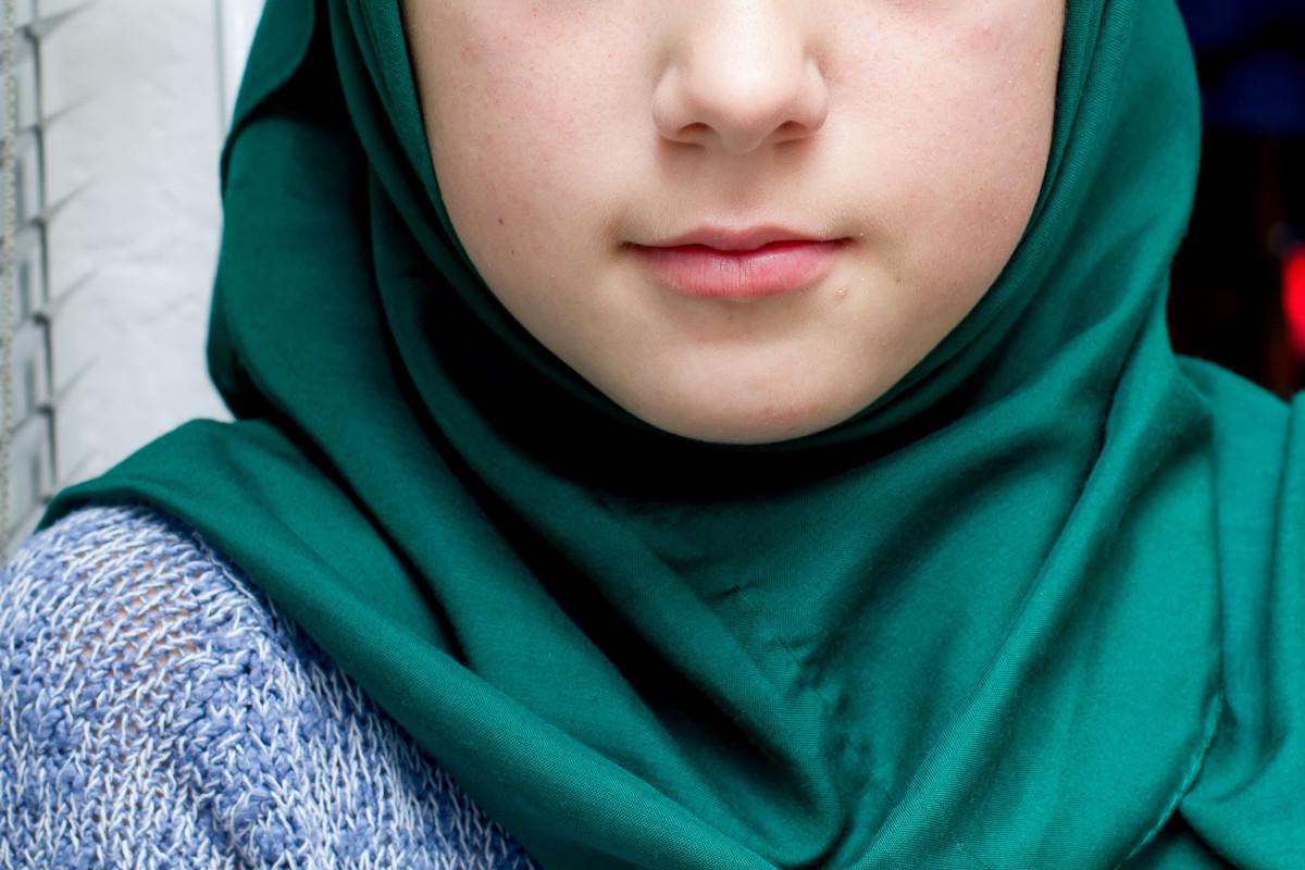 Троих актюбинцев арестовали за попытку завести в школу дочерей в платках