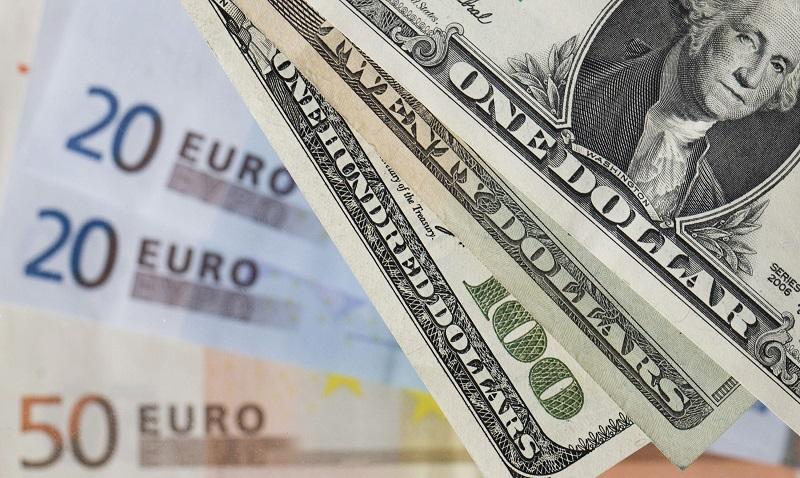 Доллар продолжает укрепляться к евро и иене